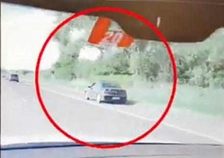 A sztráda leállósávjában csapatta egy sofőr, videóra vették!