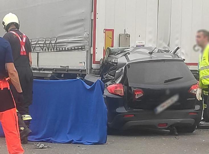 Esélye sem volt túlélni: hátulról belerongyolt a kamionba egy Suzuki (FOTÓK)
