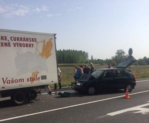 BALESET: Teherautóval ütközött egy személykocsi a 63-ason Sárosfánál