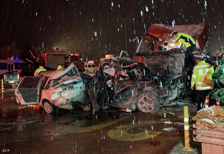 31 autót tarolt le egy kamion, legalább tizenöten meghaltak