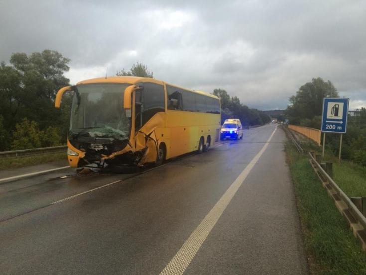 TRAGÉDIA: Busszal ütközött egy személyautó, egy fiatal pár és két gyerek vesztette életét!