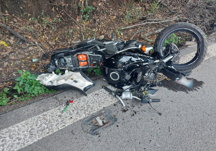 BALESET: Fejjel fának hajtott a 48 éves motoros, a helyszínen életét vesztette (FOTÓK)