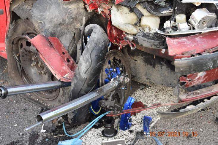 Személykocsival ütközött frontálisan a motoros, utóbbit mentőhelikopter vitte el (FOTÓK)