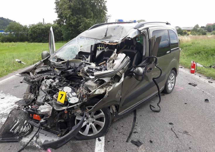 Súlyos baleset: kisiklott egy személyvonat, miután autóval ütközött az átjáróban (FOTÓK)