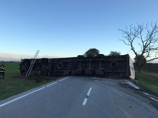 BALESET: Felborult a kamion, részeg volt a sofőrje