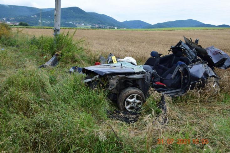 Fának és villanyoszlopnak rohant egy Audi – a fiatal sofőr szörnyethalt, utastársa súlyosan megsérült