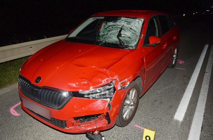 BALESET: Tilosban előzött a fiatal autós, halálra gázolt egy kerékpárt toló férfit (FOTÓK)
