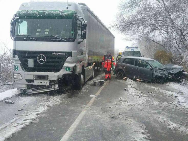 BALESET: Kamion és személyautó ütközött Vásárútnál