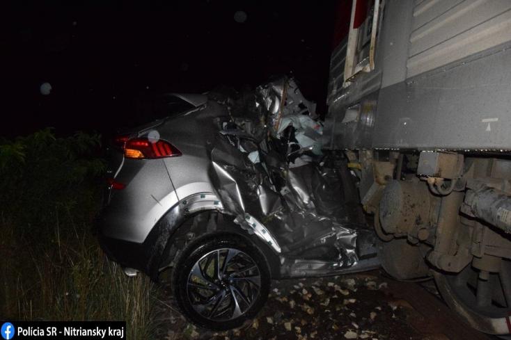 Vonat ütközött személykocsival Érsekújvárnál, a sofőr szörnyethalt