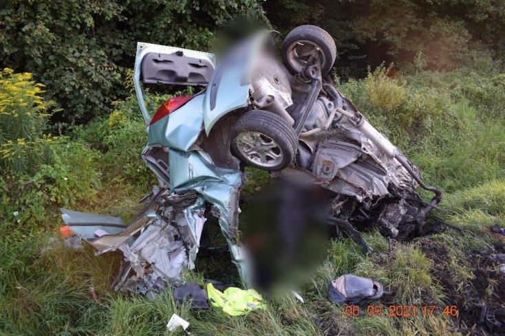 Teljesen szétroncsolódott a személykocsi, miután egy kamionnal ütközött – fiatal nő vesztette életét (FOTÓK)