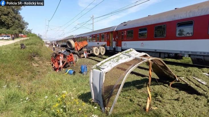 Lefulladt a Tatra a vasúti átjáróban, a teherautót darabokra szaggatta a gyorsvonat