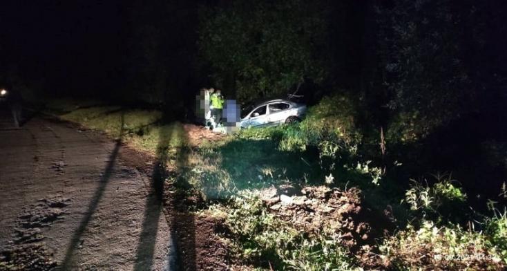 BORZALMAS BALESET: Kirepült az autóból a sofőr, beszorult a jármű alá, nem élte túl