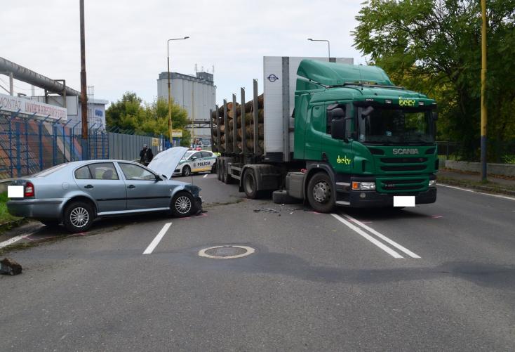 Tragikus baleset: kamionnal ütközött az Octavia, a többi autós próbálta újraéleszteni a 65 éves sofőrt