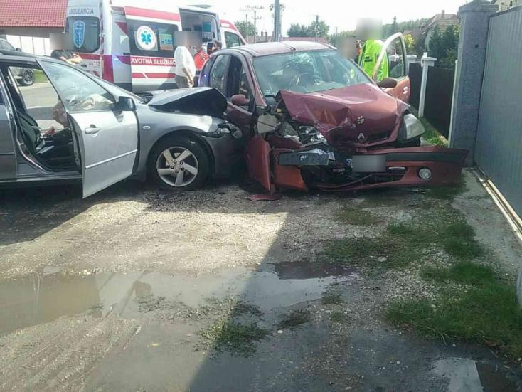 BALESET: Két személykocsi ütközött Nagyabonyban, ketten megsérültek