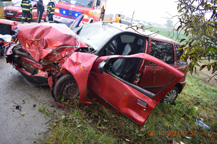 Súlyos baleset: kockázatos előzésbe kezdett a Volvo, egy vétlen idős házaspár itta meg a levét (FOTÓK)