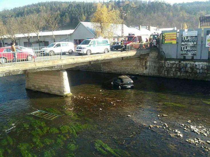 BALESET: Áttörte a híd korlátját, folyóba zuhant egy autó