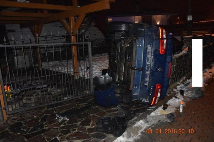 A vaskaput áttörve egy családi ház udvarában végezte a részeg fiatal autós