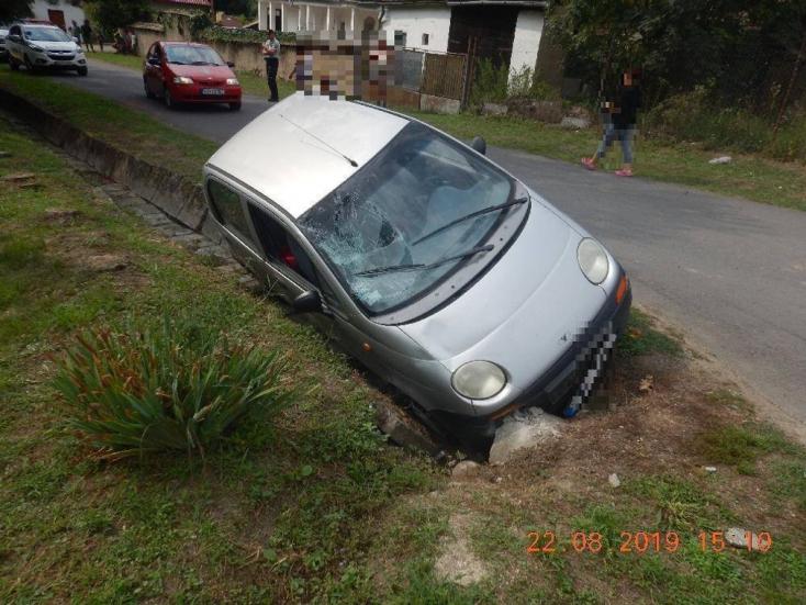 Súlyos baleset: nem volt jogosítványa a nőnek, mentőhelikopterrel vitték el a férfit