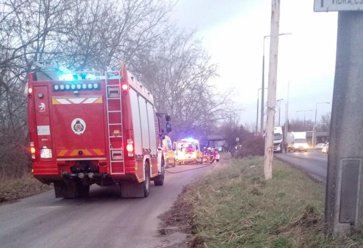TRAGÉDIA: Fának csapódott egy autó, két ember meghalt Vámosszabadinál
