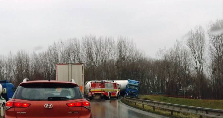 BALESET: Lecsúszott az útról egy kamion Vásárútnál