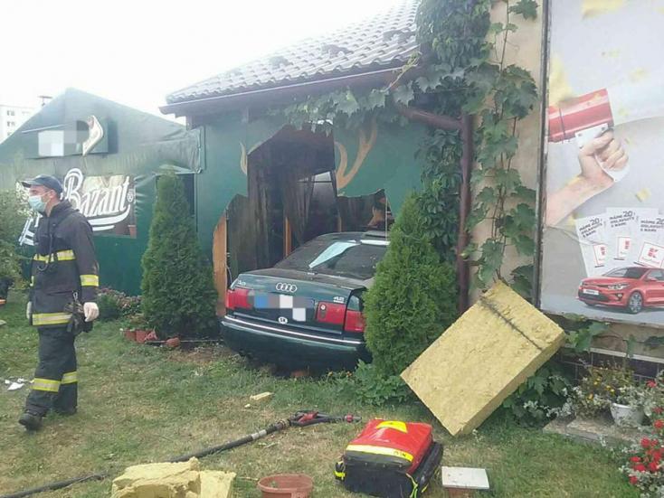 Étteremnek csapódott a személykocsi, tűzoltók szabadították ki a sofőrt (FOTÓK)