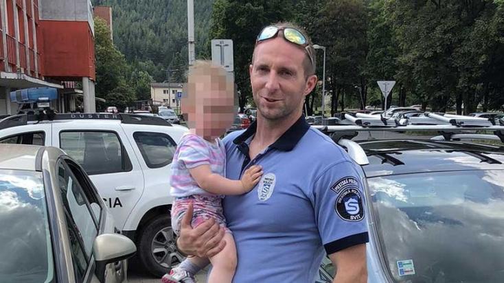 Városi rendőrök szabadítottak ki egy kétéves gyereket a felforrósodott autóból