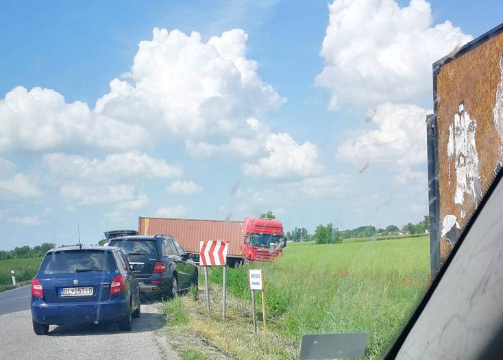 Lehajtott az útról egy kamion Dunatőkés és Pozsonyeperjes között