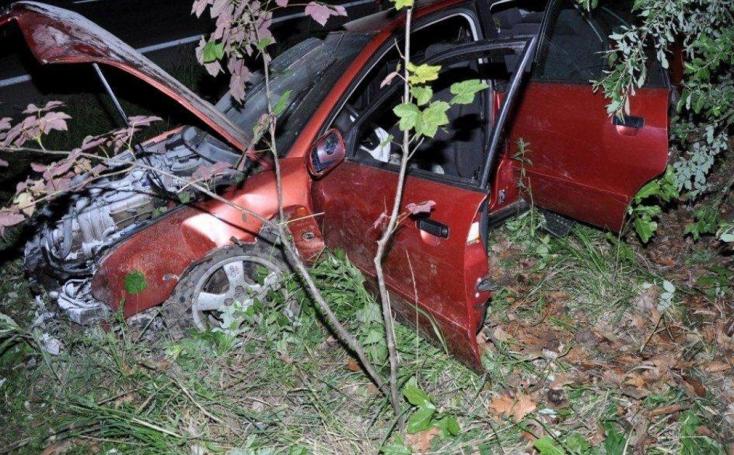SÚLYOS BALESET: Elmenekült a luxusautó sofőrje, sérült útitársát is hátrahagyta (FOTÓK)
