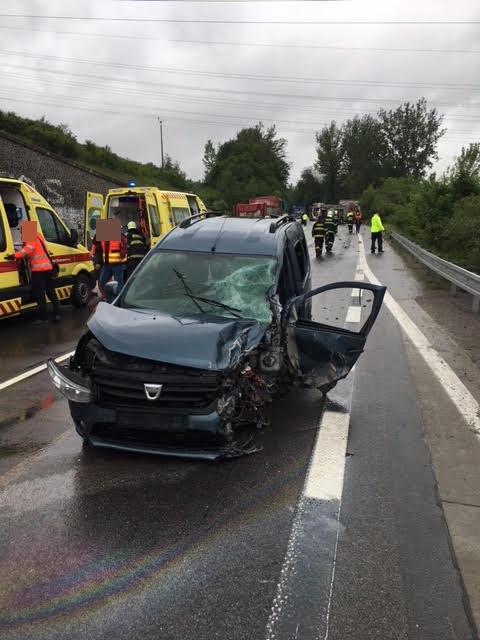 Súlyos baleset: személyautó és mentőautó ütközött – nyolc személy megsérült (FOTÓK)