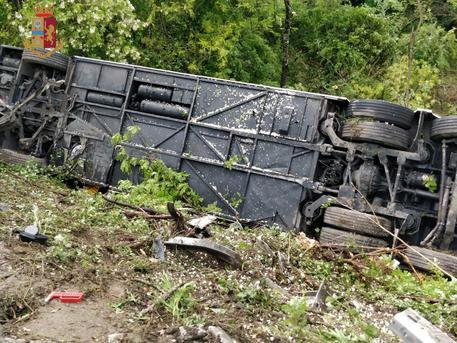 Egy ember meghalt, többen megsérültek egy turistabusz-balesetben