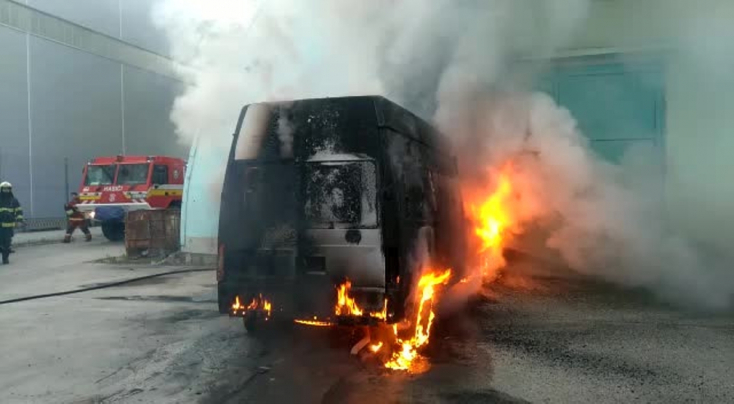 Furgon gyulladt ki az éjszaka, az egész jármű lángolt (FOTÓK)
