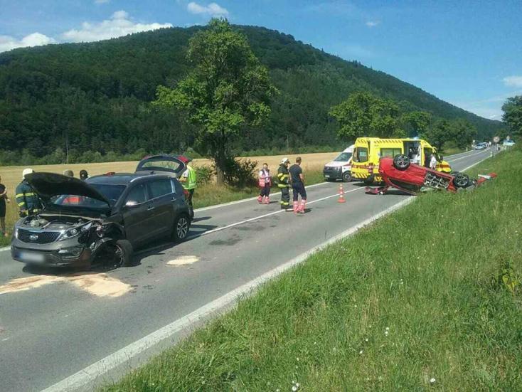 Frontális ütközés: felborult egy személykocsi, hat sérült!