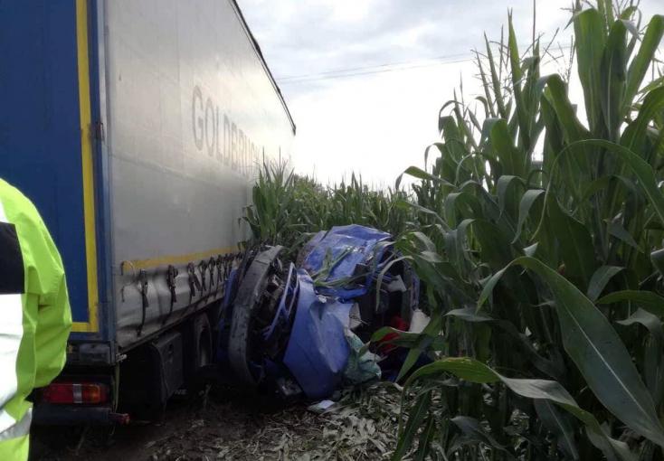 SÚLYOS BALESET: Kamion és személyautó karambolozott Medvénél!