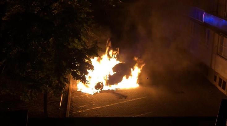Lángokban állt egy autó az éjszaka a dunaszerdahelyi Duna Palotánál (videó)