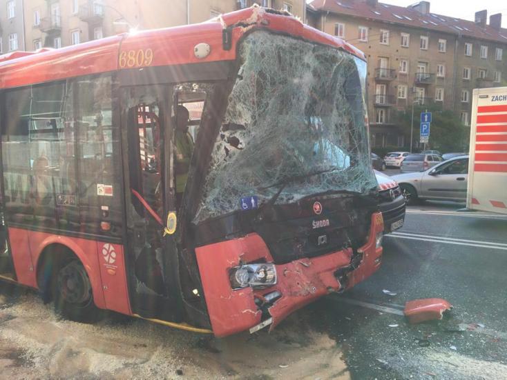 Autóbusz és trolibusz ütközött Pozsonyban, 12 ember megsérült!