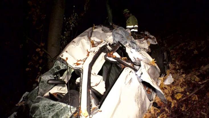 SÚLYOS BALESET: Teljesen összeroncsolódott az útról lerepülő autó (FOTÓK)