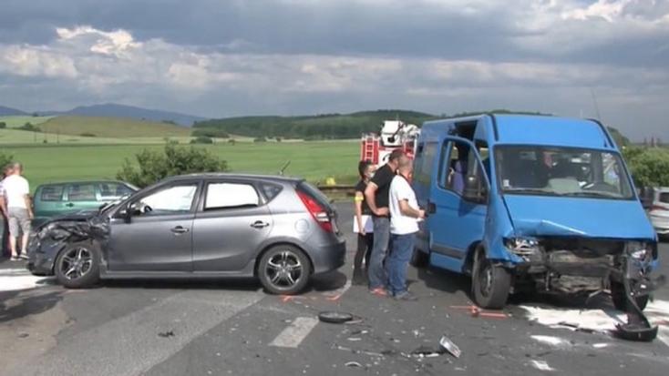 BALESET: Rabokat szállító kisbusz karambolozott, hat embert kórházba kellett szállítani