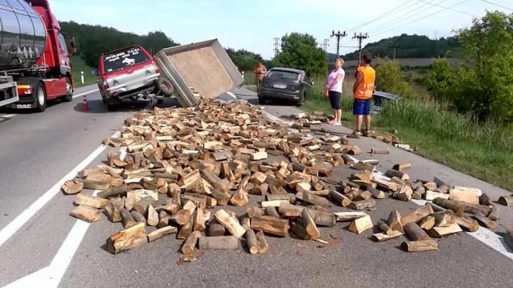 Hármas baleset: fahasábok borították be az utat (FOTÓK)