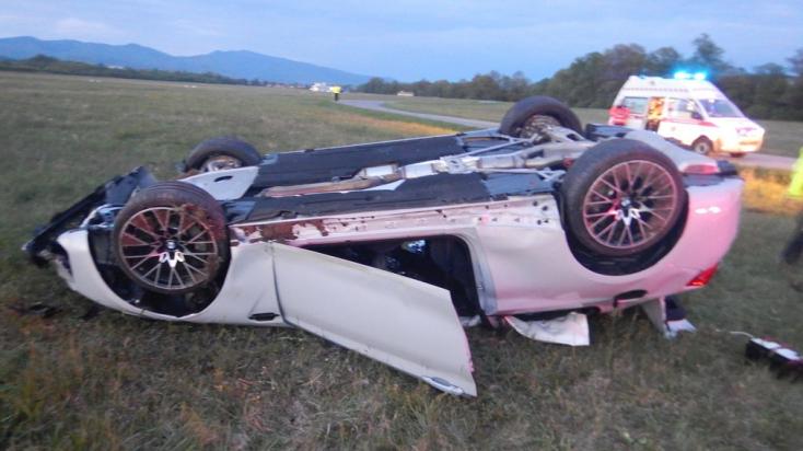 Lerepült az útról és többször átfordult a BMW, három személy megsérült (FOTÓK)