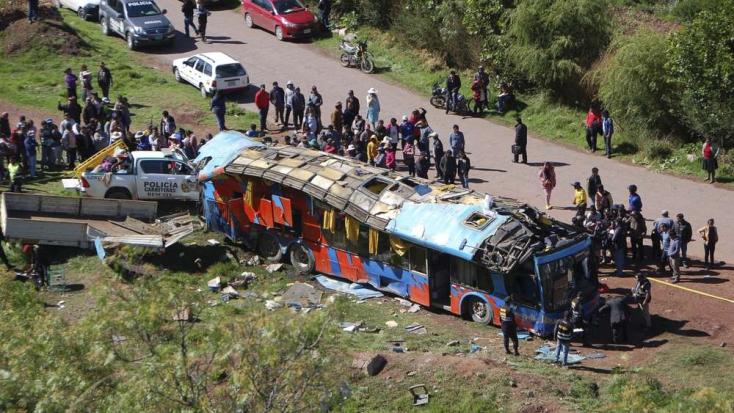 Balesetet szenvedett egy iskolásokat szállító busz, többen meghaltak
