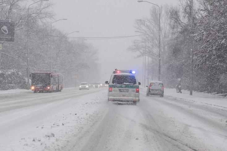 BALESET: Lecsúszott az útról a teherautó, elsodort két gyereket
