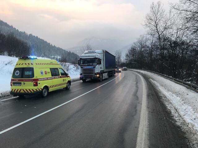 Kamion gázolt el egy segíteni igyekvő rendőrt!