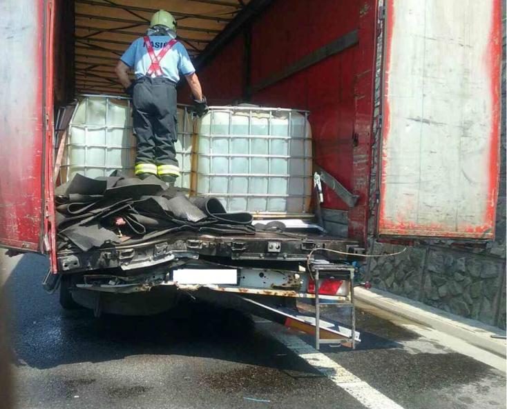 Két kamion ütközött, ismeretlen anyag folyt az úttestre (FOTÓK)