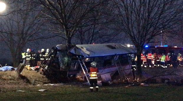 Szörnyű buszbaleset Prágánál – három ember meghalt, 45 megsérült! - FOTÓK