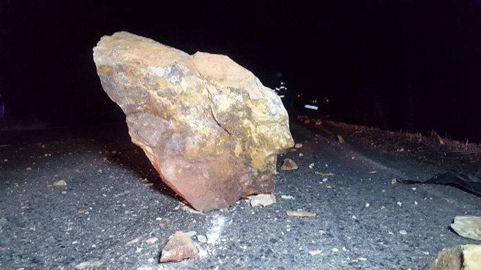 Pillanatokon múlott, hogy ez a hatalmas szikla kilapítsa az autót
