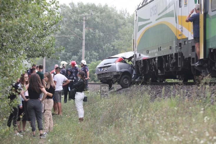 Autót gyűrt maga alá a vonat Győrben