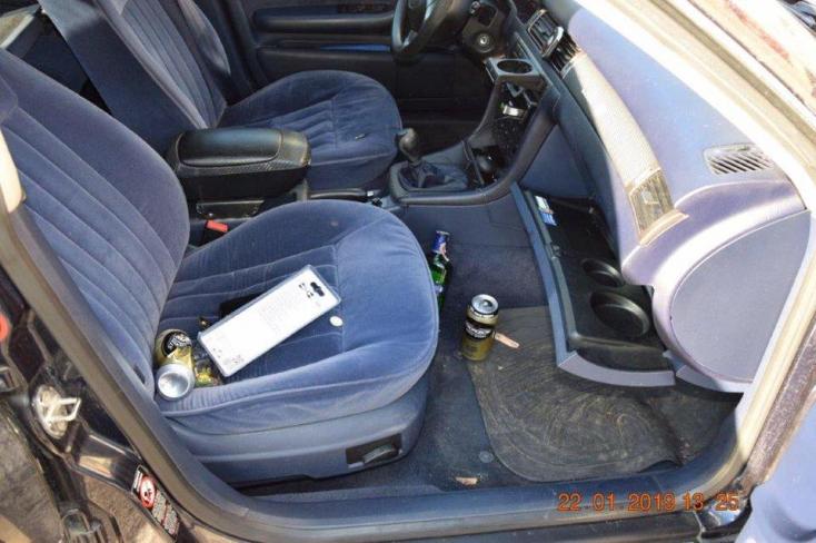 Alaposan megfújta a szondát a részeg sofőr – még a piásüvegek is az autójában voltak