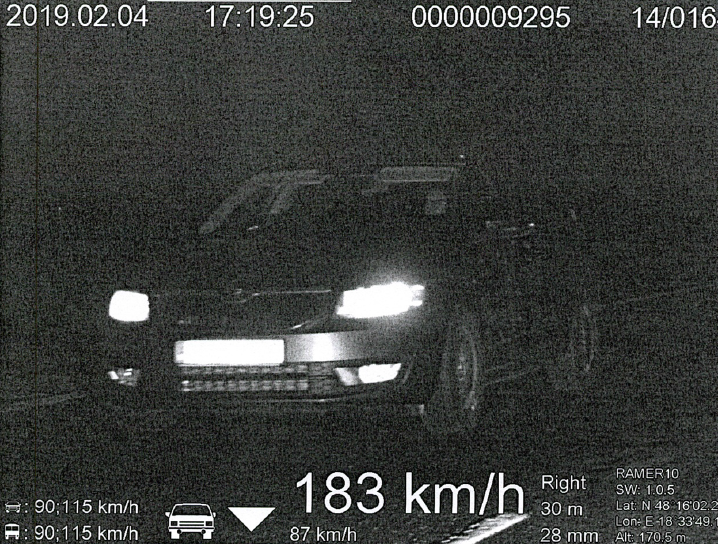 A megengedett sebesség több mint kétszeresével hasított a Škoda