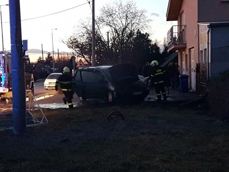Lángoló autóhoz riasztották a tűzoltókat Dunaszerdahelyen