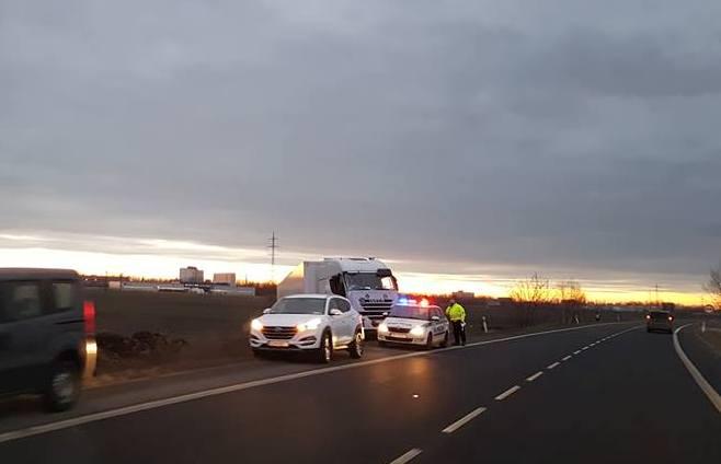 BALESET: Árokba csúszott egy kamion a 63-ason Dunaszerdahelynél
